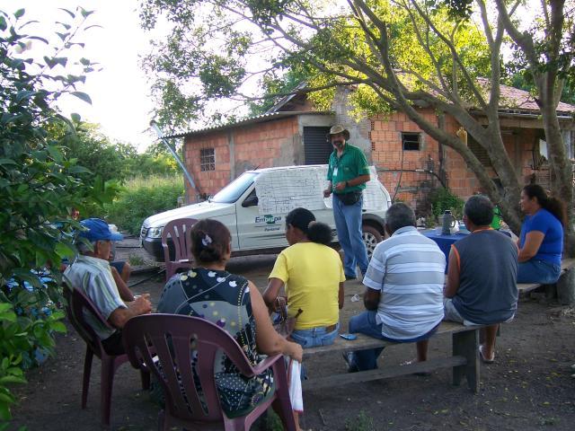 Divulgação - Pesquisador Alberto Feiden em reunião com os agricultores familiares