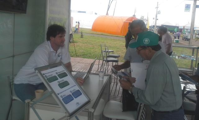 Maria das Dores Vale Medeiros - O analista da Embrapa Informática Agropecuária André Minitti apresenta tecnologias no estande da Empresa