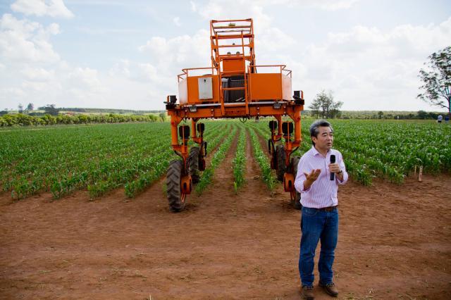 Luiza Stalder - Ricardo Inamasu em demonstração de campo do Agribot, uma das tecnologias que serão apresentadas na oficina