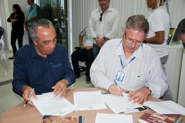 Saulo Coelho - Prefeito e chefe-geral assinam termo de cessão