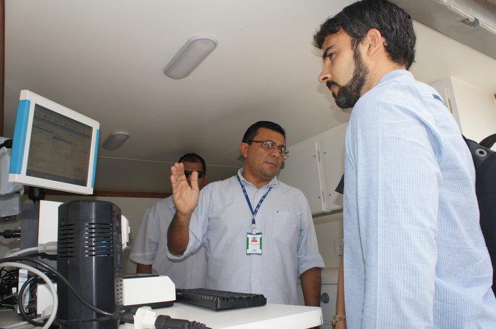 Adilson Nóbrega - Secretário Marcos Villas-Bôas (à direita) conhece equipamentos para serviço de assessoria nutricional