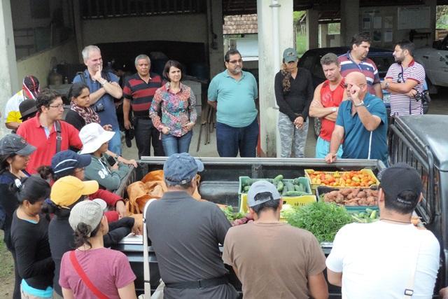 Liliane Bello - Estudantes de mestrado do Equador são apresentados às técnicas desenvolvidas na Fazendinha Agroecológica Km 47, vinculada à Embrapa Agrobiologia, à UFRRJ e à Pesagro-Rio