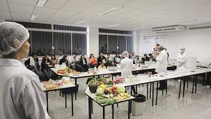 Flávio Ubiali - Demonstração prática realizada no curso sobre alimentos minimamente processados