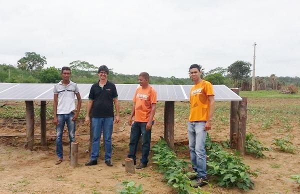 Equipe na área de irrigação por meio de energia solar. Foto: Embrapa