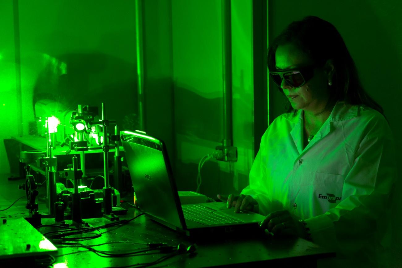 Flavio Ubiliali - Laboratório de Óptica e Fotônica onde a pesquisadora Débora Milori realiza as pesquisas com a aplicação de LIBS e LIFS.