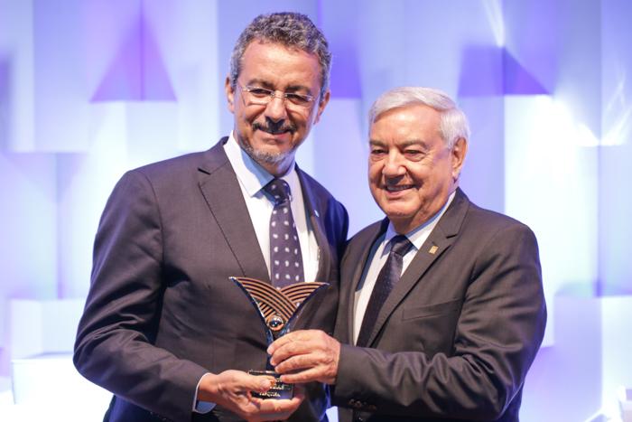 Tony Oliveira - Maurício Lopes recebe o prêmio de José Zeferino Pedroso, vice-presidente da CNA
