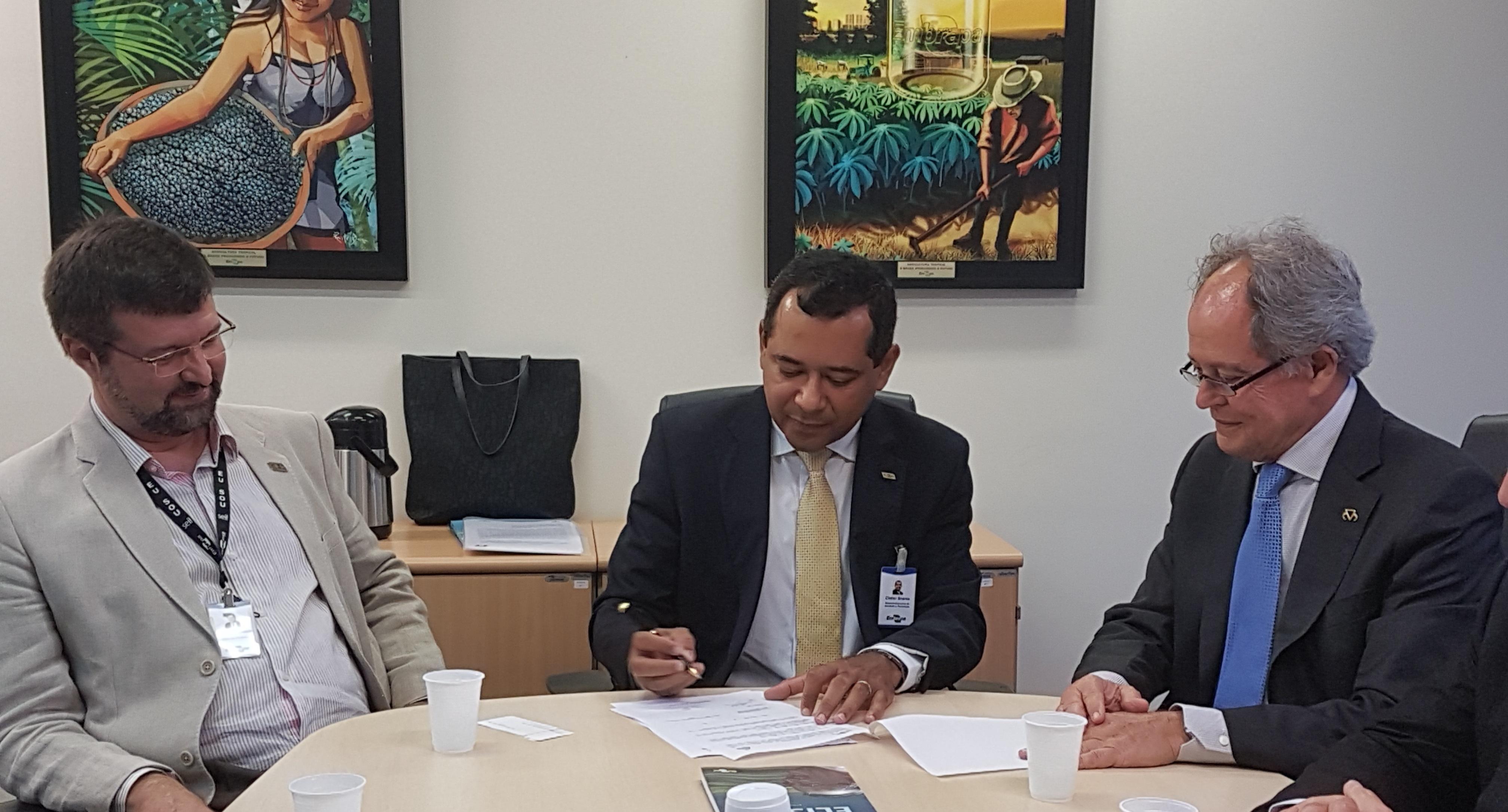 Rose César - Da esquerda para a direita: Ronney Mamede, chefe-geral interino da Embrapa Gado de Corte, Cleber Oliveira, diretor-executivo de Inovação e Negócios da Embrapa e Arnaldo Borges, Presidente da ABCZ