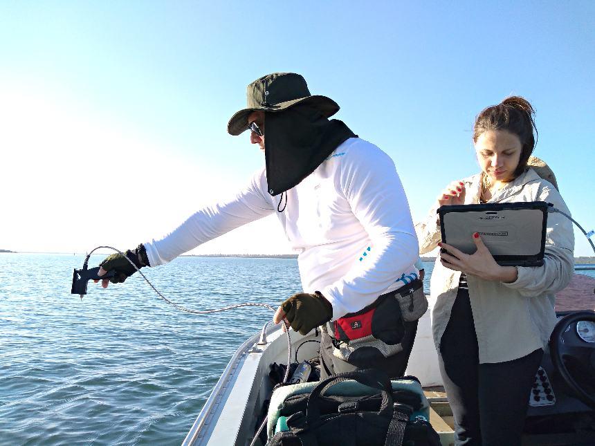 Divulgação Embrapa - Pesquisadores da Embrapa monitoram as condições do Reservatério de Ilha Solteira - SP, com uso de espectrômetro em recente coleta de amostras e dados