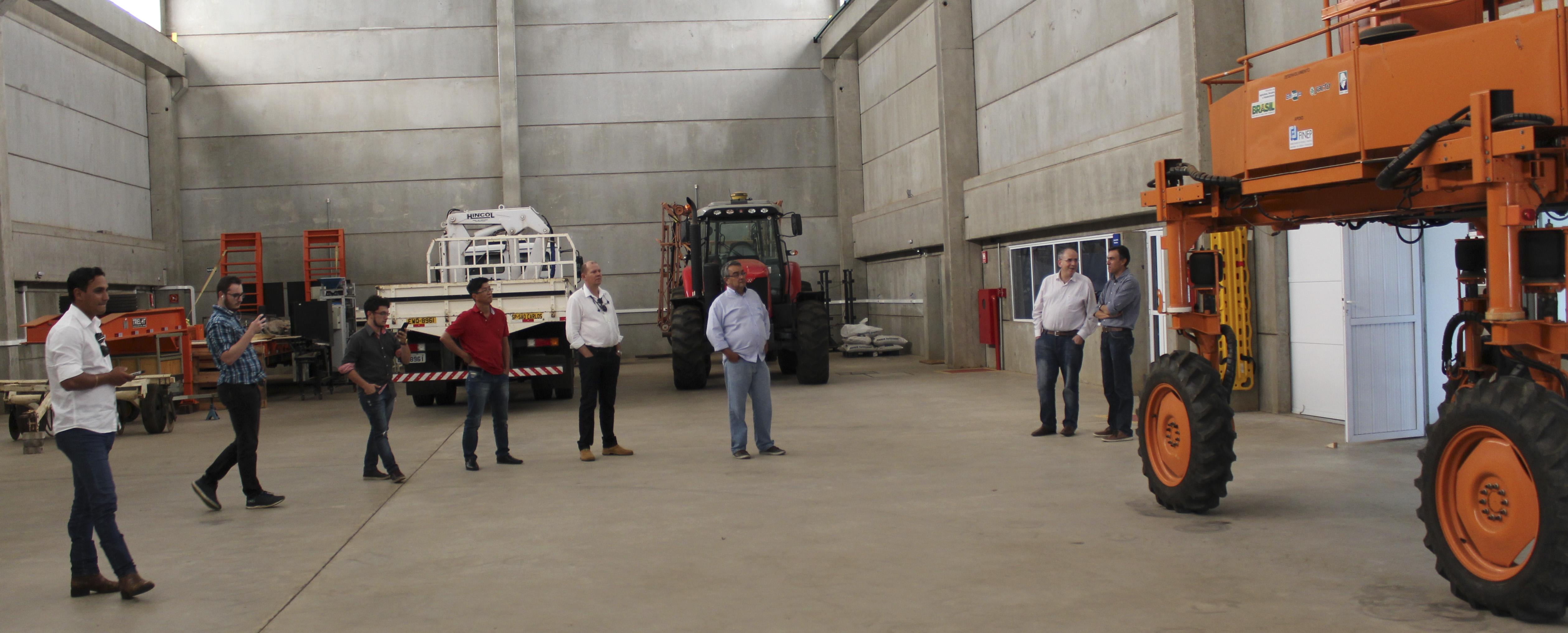 Ricardo Inamasu - Robô agrícola móvel é uma das tecnologias em Agricultura de Precisão que os holandeses visitam em São Carlos