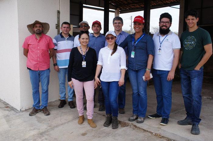 Juniel Fernandes - Equipes da Agrosavia e da Embrapa no campo experimental da Embrapa Caprinos e Ovinos