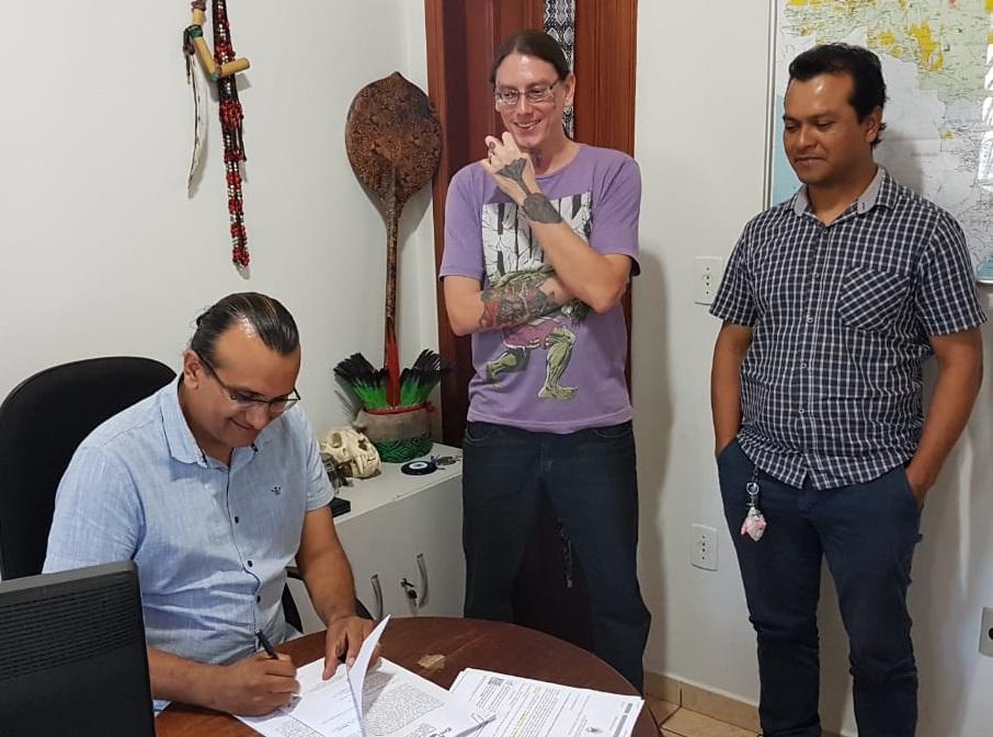 cedida - Eufran Amaral, chefe-geral da Embrapa Acre, e representantes da Funai durante assinatura do Acordo de Cooperação na sede da Coordenação Regional do órgão, em Cruzeiro do Sul (AC)