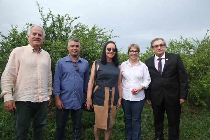 Noaldo Santos - Tereza Cristina e Sebastião Barbosa, em visita à fazenda de produção de acerola no Piauí