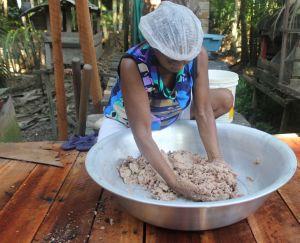 Mariane Nardi - A cartilha é baseada no processo de extração artesanal do óleo da andiroba